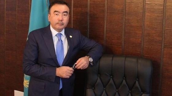 Бахтияр Унербаев стоит возле своего рабочего кресла