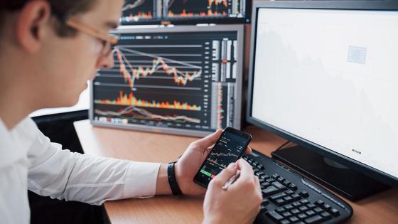 Трейдер проводит анализ финансового рынка