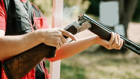 Мужчина держит ружье