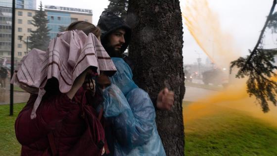 Митингующие прячутся от водомета