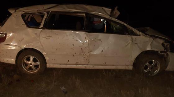Белый автомобиль, поврежденный в аварии в ЗКО