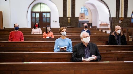 Люди в масках в церкви