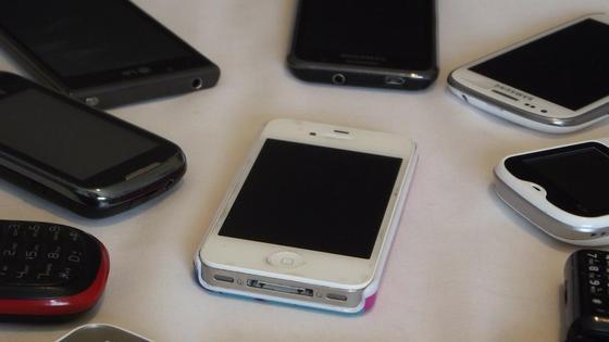 Телефоны лежат на столе