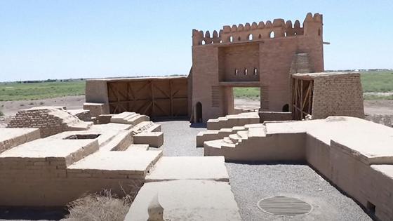 Ворота с башнями возле фундамента разрушенных старинных зданий