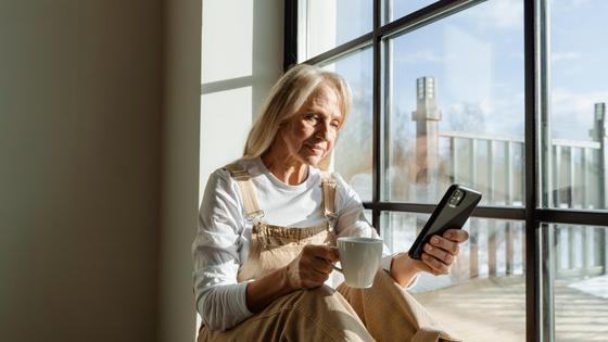 Женщина смотрит в телефон
