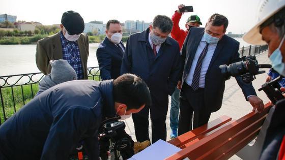 Аким Атырауской области вместе с общественными активистами