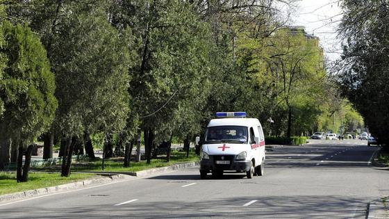 Машина скорой помощи едет по улицам Бишкека