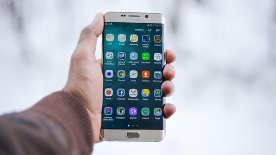 Экран смартфона с приложениями