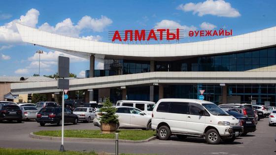 Машины стоят перед зданием аэропорта Алматы