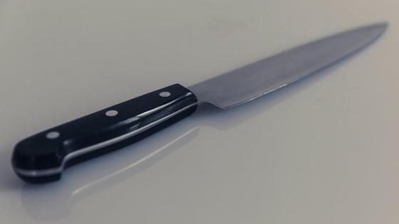 Кухонный нож лежит на столе