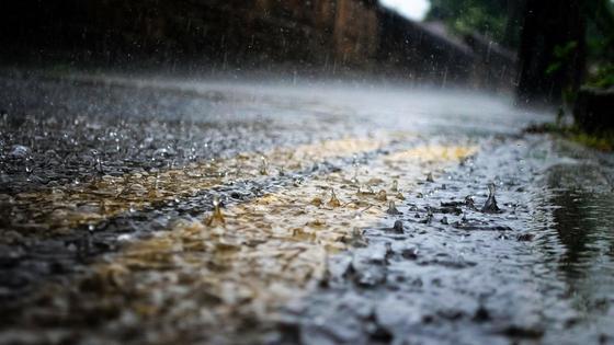 Капли дождя на дороге
