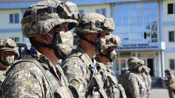 Военные в обмундировании стоят на плацу