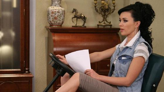 Анастасия Заворотнюк сидит на стуле