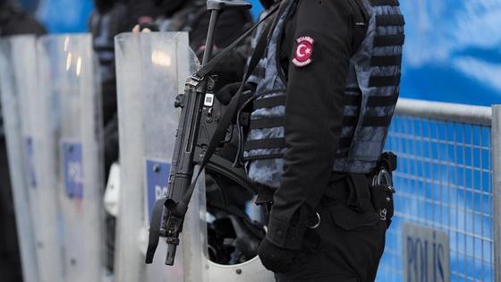 Турецкие полицейские стоят в оцеплении