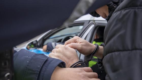 Полиция задерживает подозреваемого