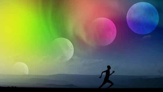 человек бежит под Луной