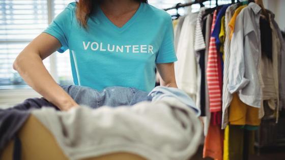 Волонтер собирает вещи