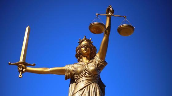 статуя Фемиды на фоне неба