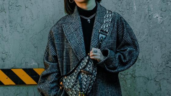 Девушка в стильном пальто