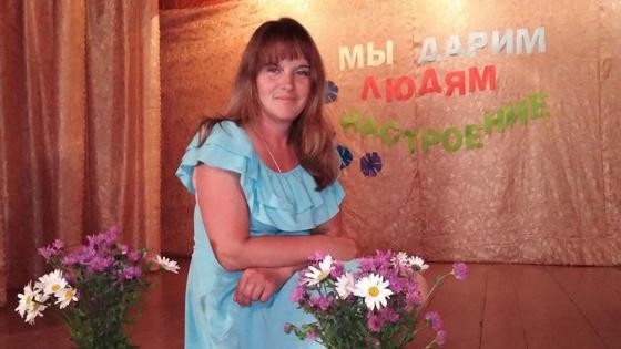 Уборщица, ставшая главой поселения, на сцене с цветами