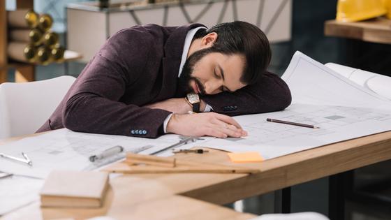 архитектор спит на столе во время работы