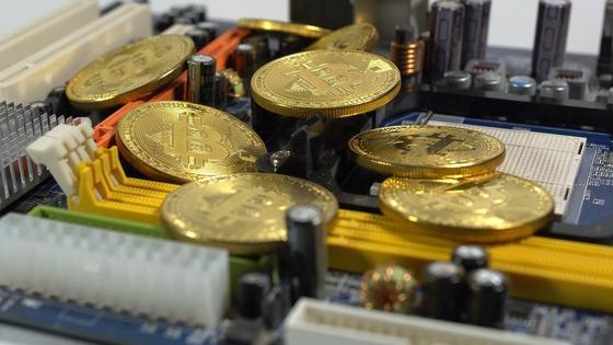 Монеты лежат на плате