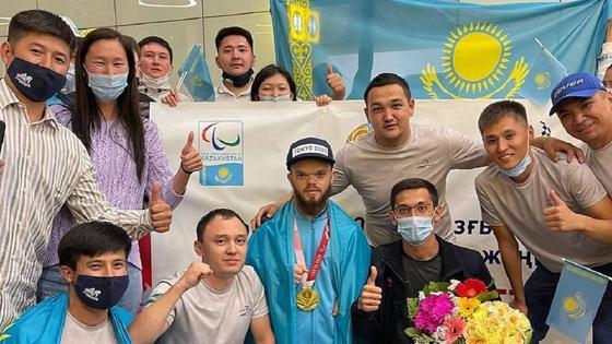 Давид Дегтярев в аэропорту с болельщиками