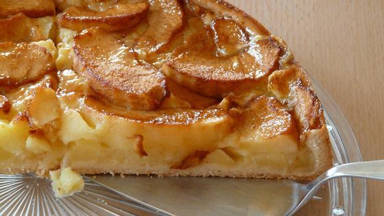 Шарлотка с яблоками в разрезе на блюде