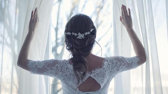 Невеста смотрит в окно