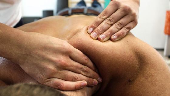 Мужчине делают массаж