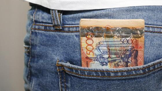 Деньги лежат в заднем кармане брюк