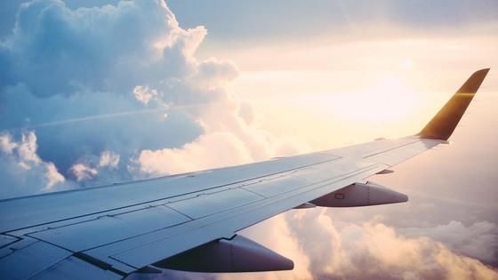 крыло самолета на фоне облаков
