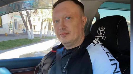 Иван Розинов сидит в машине