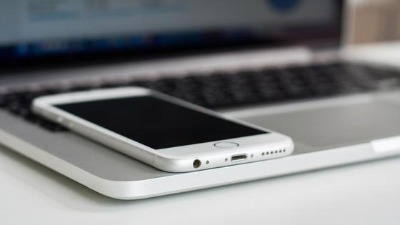 Смартфон лежит на ноутбуке