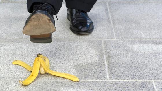 Мужчина наступает на банан