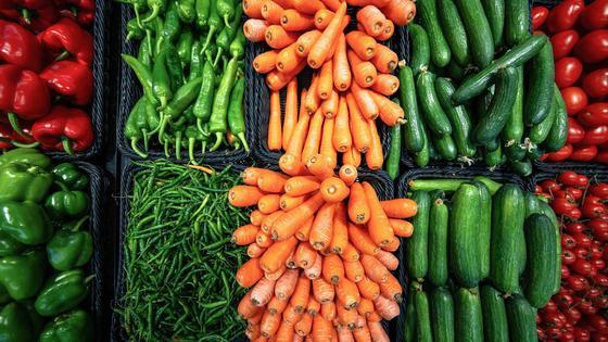 Различные овощи в корзинах