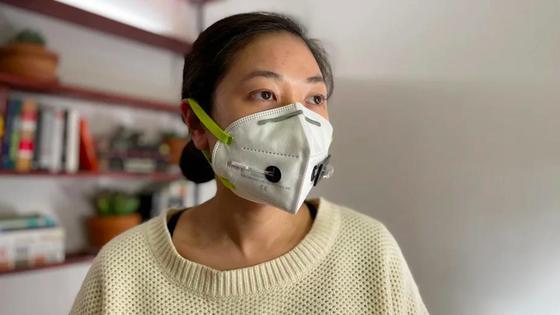 Девушка в прототипе маски, диагностирующей коронавирус