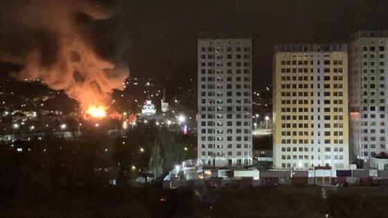 Столб дыма распространяется над городом