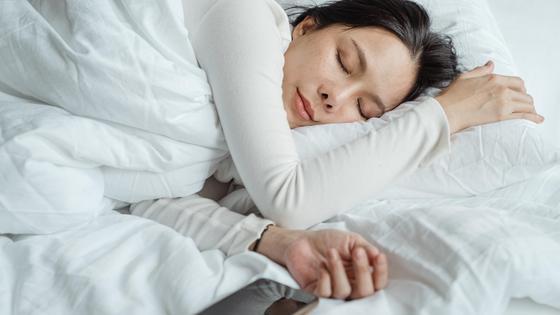 Девушка спит на кровати