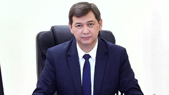 Ерлан Киясов сидит за рабочим столом