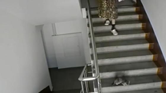 Женщина спускается по лестнице за котенком