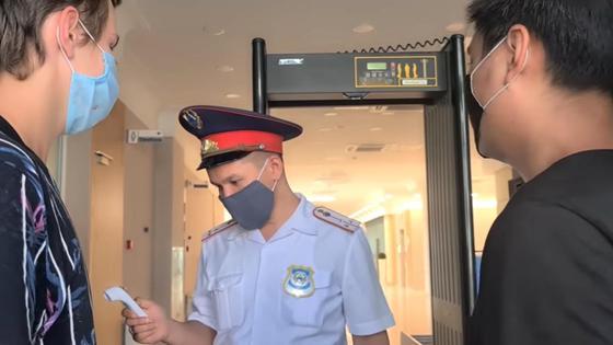 Охранник измеряет блогерам температуру