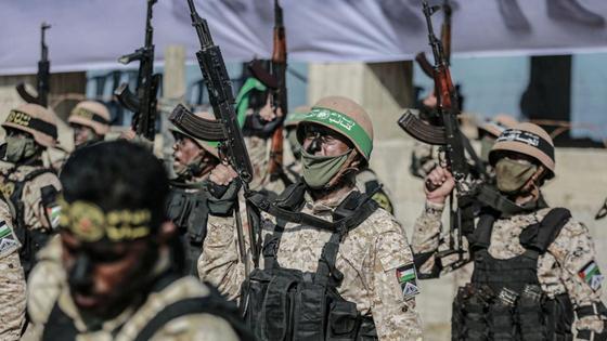 Палестинские военные держат в руках автоматы