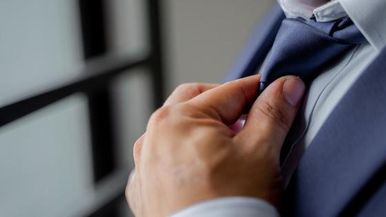 Мужчина поправил галстук
