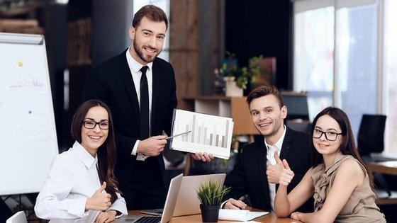 Руководитель и сотрудники в офисе
