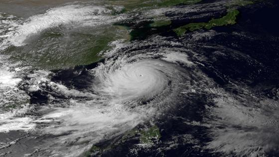 Тайфун движется в сторону материка
