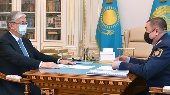 Касым-Жомарт Токаев и Ерлан Тургумбаев сидят за столом