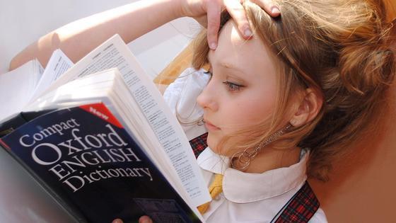 Девочка учит язык
