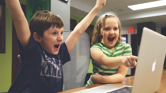 Дети смотрят мультик на компьютере