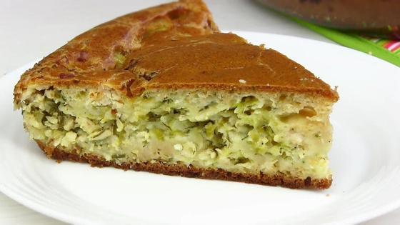 Кусок заливного пирога с капустой на тарелке
